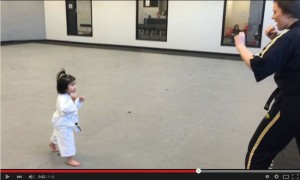 癒しイギリステコンドー3歳少女動画